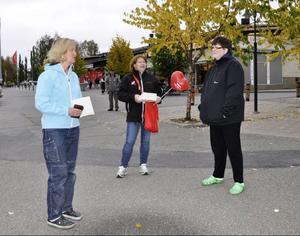 Karin Jakobsson fick disktrasa och uppmaning att gå och rösta av Kommunals medlemmar Maritha Mähler och Susanne Hurtig.