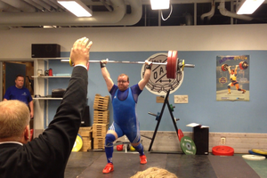 Johnny Sundström, ordförande i Östersunds Atletklubb tävlade i veteranklassen. Här stöter han 143 kilo.