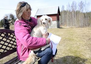 De tar det lugnt en stund i solen, Helena Heiniemi och hunden Tuva.