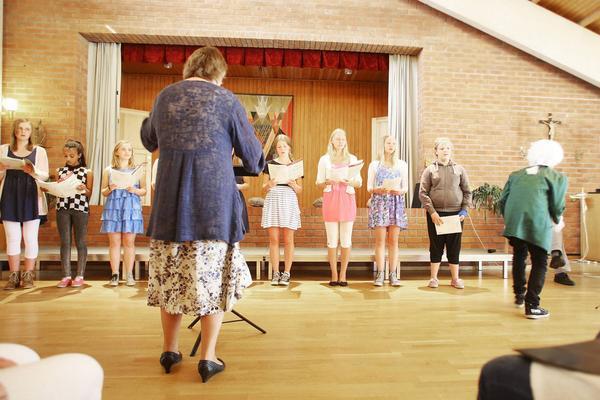 Else-Marie Isaksson leder sångspelet som hade inslag av både testläsning och lite teater. Till höger smyger Mozart förbi.