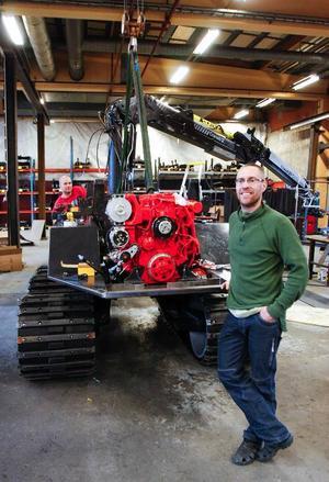 Timbear, ett nytt företag som ska tillverka en ny typ av skogsmaskin, har kommit i gång i Strömsund. De jobbar för fullt med första maskinen som ska vara klar att ställas ut på skogsmässan Elmia Wood 3–6 juni. Här ser vd Martin Jakobsson, till höger, hur arbetet fortskrider genom bland andra Tomas Berntsson som jobbar där bakom. Foto: Patrik Sjödin