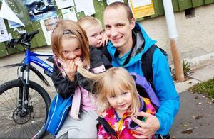 Olof Edström med barnen Ebba, Ludvig och  Meja.– Jag betalar ju 15 kronor per liter för bensinen så det ligger väl där. Normalt köper jag 1,5 liters mjölkförpackningar men nu kan jag tänka mig att vara solidarisk och köpa flera enliters förpackningar istället.