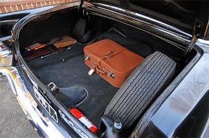 Resväskan försvinner nästan i det enorma lastutrymmet...