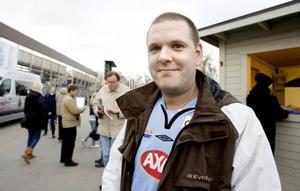 """LÄNGTAT. """"Det känns spännande"""", säger supportern Marcus Persson från Gävle som har längtat efter premiären."""