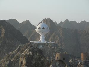 Bilden möter dig vid inloppet till Muscat i Oman
