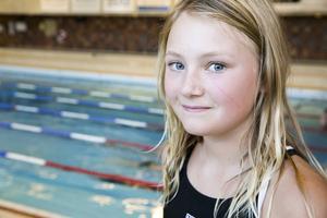 Maja Bergman 12 år började med simning för att hon tittade på OS och tyckte att det såg jättekul ut.
