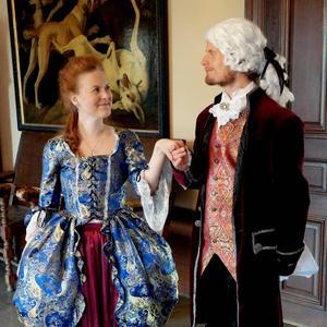 Charlotte (Julia Kjettselberg) uppvaktas av prins Gustaf (Christian de Flon).