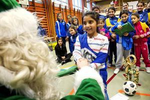 Anabela Memeti fick julklapp när tomten var på besök i Nacksta under vintern 2012.