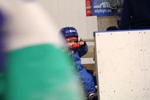 Alex Svärd, 2, från Järvsö, tar en välförtjänt fikarast efter lite skridskoåkning.