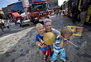 Maria Björn har fullt upp att hålla reda på de mycket ystra kompisarna Wille, fyra år, och Loke, tre år. De har just testat brandmannayrket vid den uppställda brandbilen.