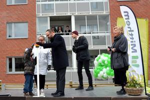 När Sveriges första Kombohus Plus invigs så är det 6-årige Hannes Mykkänen som trycker på knappen. Lite hjälp hade han också av mamma Johanna och bostadsminister Mehmet Kaplan.