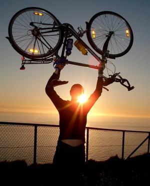 Äventyret över. Sista dagsetappen fram till Nordkapsklippan blev hela 17 mil lång. Cykeläventyrarna Thor och Johan kunde inte annat än jubla efter 268 mil och hälsa midnattssolen välkommen.
