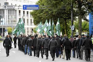 Den nazistiska organisationen NMR marscherade med plakat och flaggor i en tillståndslös demonstration i centrala Göteborg.