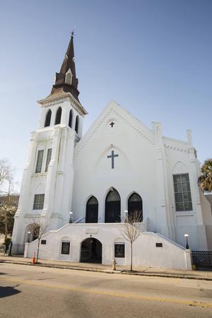 Kyrkan Mother Emanuel i Charleston i South Carolina. Här sköts nio människor ihjäl under bibelstudier i fjol, och församlingen har svårt att läka.