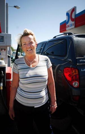 Renée Löfstrand från Västberga utanför Stockholm tycker synd om Järpenborna som måste betala så mycket för bensinen.– Det skiljer mellan 150 och 170 kronor att tanka i Västberga mot i Järpen.