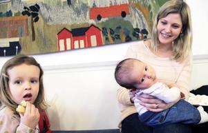 Therese Roberts sjunger och läser ofta för sina döttrar Embla, två år, och Asta, åtta månader.