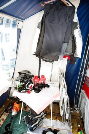 """""""Om man har yttertält där man kan hänga av skoterkläder och så, så går det bra att bo i husvagn även på vintern"""", säger Elin Lundberg."""