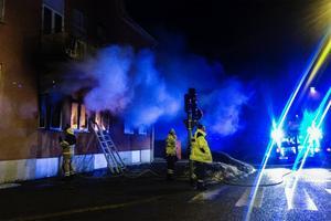 Klockan var tjugo över tolv natten mot måndagen när räddningstjänsten larmades till branden.