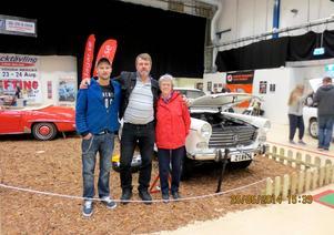 Tre generationer Persson; Johan, Göran och Carola på motormässa med klenoden.
