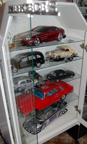 Här är ett skåp med Mercedesbilar i alla dimensioner.