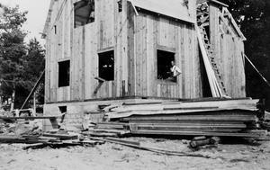 Huset tar form. Lösvirke, lådvis med spik, hårt arbete och långa dagar. Egnahemsbyggarna tvingades göra stora uppoffringar innan de kunde flytta in under eget tak.
