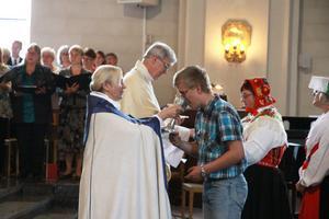Nattvard gavs till alla besökare i kyrkan.