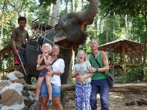 Birgitta och Pierre Ulming spenderade åtta veckor i Thailand med Lykke, fem, och Leija, tio.