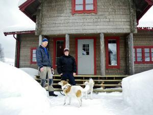 """Torbjörn och sambon Susannas                   nybyggda timmerhus i Gåxsjö väcker nyfikenheten hos förbipasserande. """"Det är inte så                 vanligt med nybyggen ute i glesbygden, en del kör nästan i diket när dom ser huset. Det                       funkar som ett arbetsprov och har gett mig många uppdrag"""", säger Torbjörn."""