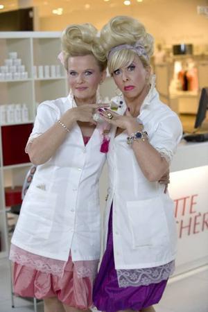 """Sissela Kyle och Pia Johansson spelar de rivaliserande sminkförsäljarna Anne-Marie och Rose-Marie i TV 4:s nya humorsatsning. """"Varuhus är perfekt i sketcher för man kan skruva alla karaktärer"""", säger Pia Johansson."""