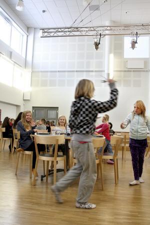Större. Den största förändringen i Kumlaby skolas matsal efter ombyggnationen är att ytan blivit något mindre, men eftersom det är högre i tak känns det rymligare.