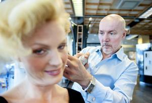 Hovfrisören Peter Hägelstam gjorde i lördags en bröllopsuppsättning på Anna-Maria Olsson i Söderhamn. Den 19 juni är han arbetsledare för det kungliga bröllopets frisörer.