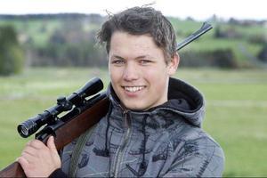 Marcus är bara 17 år men har fått dispens att vara med på älgjakten. I tisdags sköt han sin första älg.