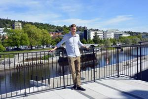 Kim Tjernström fick en gedigen grund i bland annat Kvartersteatern och hos Timrå teateresteter. Nu återvänder han hem och till