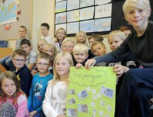 Eleverna i årskurs 3 på Kyrkskolan i Borlänge har samlat ihop över tretusen kronor till människorna på flykt genom att panta burkar.