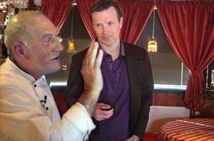 Vallstakrögaren Carlo Adobati passade på att sjunga på italienska för kocken Melker Andersson.