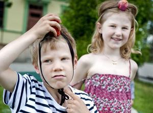 En clownnäsa kan man använda till många olika saker, den kan till exempel fungera som en bula på huvudet. Karl Noreland och Thea Nordlund provade.