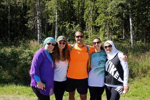 En del av släkten samlade för att gå upp för Skuleberget. Från vänster Maha Alhaddad, Sundsvall, Sophia Al-Hadad, Brasilien, Mohamoud Alhaddad, Dubai, Nada Khwaiter, Sundsvall och Basma Brakat, Saudiarabien.