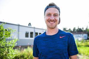 Ledaren Kevin Cutts är den som ordnat med lägret. Han själv är både född och uppvuxen i USA.