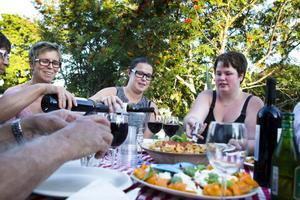 Jättegott, tyckte kursdeltagarna, här festar, från vänster, Inger Magnusson, Linda Fransson och Stina Johnson på pasta med tillbehör.