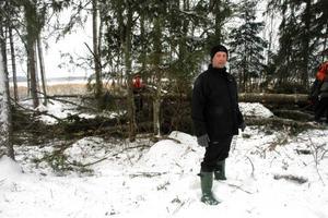 SKAPAR STRANDÄNG. Tord Andersson och ett tiotal andra medlemmar i Föreningen Tegelsmorasjön skapar en strandäng vid Kyrksjön. De har också hyrt in folk från Skogsstyrelsen som jobbar i bakgrunden.