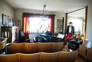 Totalt 54 sittplatser och en liten scen har Johnny Wiktorsson ställt ordning i ett av disponentvillans största rum.
