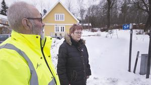 Jan och Kristina Eriksson trodde inte sina ögon när hundpromenaden började med vargbesök. Några meter från parets ytterdörr stod vargen och luktade på deras postlåda innan han lunkade över tomten upp mot Fageråsen i området Andra sidan.