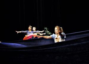 Havet. Några långa tygstycken bildar hav i cirkustreornas föreställning på teatern.