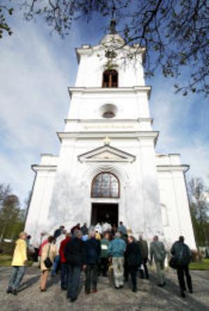 Kyrksamfälligheten i Sättna, där Lidens kyrka ingår, har anlitat byggfirmor utan upphandling.