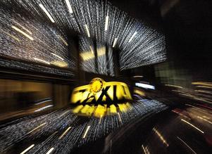 Cirka 80 procent av lönesubventionerna till taxibranschen utgörs av nystartsjobb, skriver debattören som tycker att det betyder osund konkurrens.