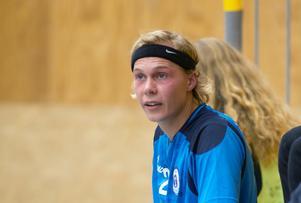 På vintern spelar han handboll i HK Ceres. I helgen premiärnätade Caspar Camitz för Edsbro IF i fotboll.