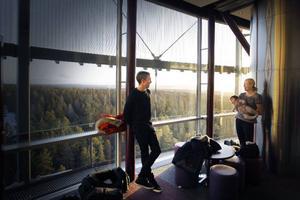 Johan Olsson si samtal med en annan vinnare av bragdguldet, Helena Ekholm.