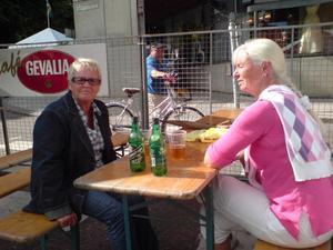 16.00 Njutning på festens första dag. Kerstin Lindeberg och Lisbeth Bornegrim.