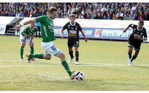 STRAFFMÅL. Daniel Åkervall prickar in Brages ledningsmål på straff.Foto: JOHNNY FREDBORG