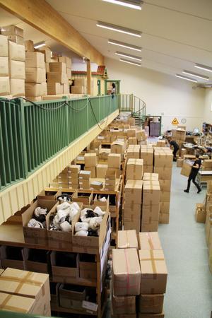 Lindberg började med att göra en övervåning i lagerlokalen men det räckte inte till – sedan satsningen på kläder startat får man ändå inte plats med alla varor.